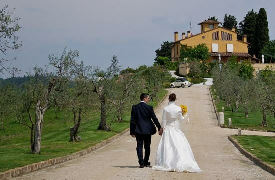 candid wedding photography in tuscany